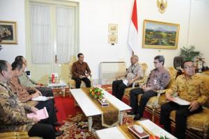 Presiden Jokowi didampingi Mensesneg Pratikno menerima Plt. Ketua KPK Taufiqurrahman Ruki bersama 4 pimpinan KPK yang lain, di Istana Merdeka, Jakarta, Jumat (27/2)