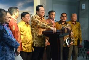 Irman Gusman memberi keterangan pers bersama pimpinan DPD-RI lainnya, seusai diterima Presiden Jokowi, di Istana Merdeka, Jakarta, Senin (2/2)