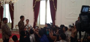 Presiden Jokowi didamping Menlu Retno Marsudi dan Dubes RI untuk Brasil Toto R. menjawab wartawan di Istana Merdeka, Jakarta, Selasa (24/2)