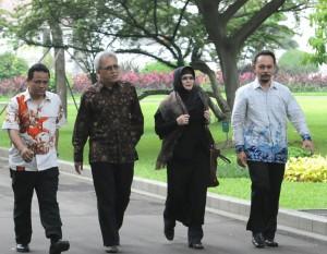 Iwan Fals bersama istrinya Rosana berjalan meninggalkan Istana Merdeka, Jakarta, seusai diterima Presiden Jokowi, Jumat (27/2) pagi