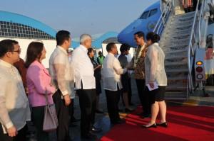 Presiden Jokowi disambut Wakil Presiden Filipina Jejomar C. Binay setibanya di Bandara Manila, Filipina, Minggu (8/2) sore