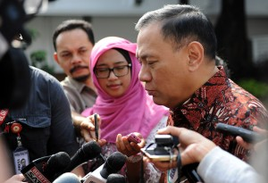 Gubernur BI Agus Martowardojo menjawab wartawan seusai diterima Presiden Jokowi, di Istana Merdeka, Jakarta, Rabu (25/2)
