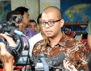 Sekretaris Kabinet Andi Widjajanto menjelaskan kepada wartawan hasil Rapat Terbatas di Kantor Kepresidenan Jakarta, Rabu (25/2) malam
