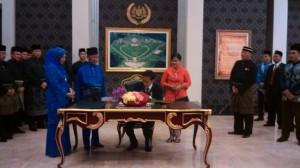 Presiden Jokowi didampingi Ibu Negara Iriana mengisi buku tamu sebelum menghadiri jamuan kenegaraan Yang Dipertuan Agung Malaysia, di Kuala Lumpur, Kamis (5/2) malam