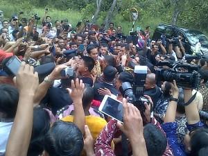 Presiden Jokowi dikerubungi para WNI/TKI saat bersilaturahim di KBRI Brunei Darussalam, Minggu (8/2)