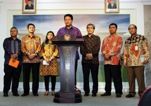 Ketua KPU Husni Kamil Manik didampingi komisioner KPU lainnya menyampaikan keterangan pers, seusai diterima Presiden Jokowi di Istana Merdeka, Jakarta, Selasa (10/2)