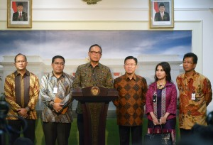 Ketua Umum Kadin Suro B. Sulistyo didampingi pengurus lainnya dalam konperensi pers, di Istana Merdeka, Jakarta, Selasa (10/2)