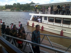 Presiden Jokowi dan Ibu Negara berkunjung ke Kampong Air, di Bandar Seri Begawan, Brunei, Sabtu (7/2)