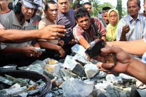 Suasana lelang batu giok di Aceh Barat, NAD, beberapa waktu lalu