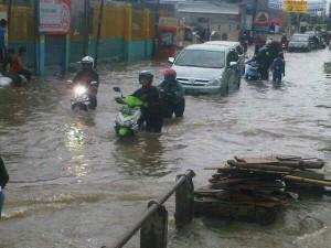 Live report _ karang tengah ( permata ) banjir,  selamat berjuang pulanggg ngantorrr... Smg cpt smp.