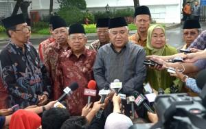 Ketua MUI Din Syamsudin didampingi pengurus MUI yang lain menjawab pers setelah diterima Presiden Jokowi, di Istana Merdeka, Jakarta, Selasa (3/2)