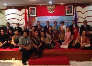 Presiden Jokowi didampingi Ibu Negara Iriana berfoto bersama warga Indonesia, di KBRI Manila, Filipina, Senin (9/2)