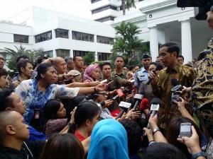 Presiden Jokowi menjawab wartawan seusai membuka Raker Kemlu 2015, di Kantor Kemlu RI, Jakarta, Senin (2/2)