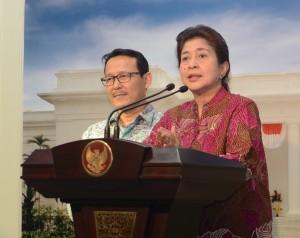 Menteri Kesehatan Nila Moeloek didampingi Dirut BPJS Kesehatan Fahmi Idris memberikan keterangan pers seusai rapat terbatas, di kantor Presiden, Jakarta, Jumat (27/2) sore