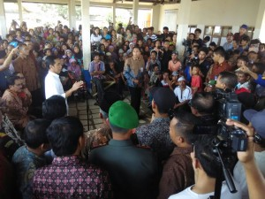 Presiden Jokowi berdialog dengan nelayan di TPI Panimbang, Kab. Pandeglang, Banten, Senin (23/2)