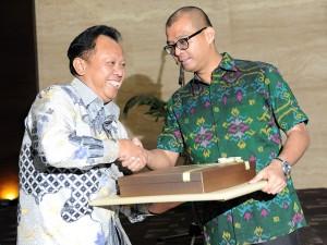Seskab Andi Wjayanto menyerahkan kenang-kenangan kepada Deputi Bidang Administrasi Djadmiko yang akan memasuki masa pensiun mulai 1 Maret mendatang, pada acara pelepasan di Gedung III Setneg, Jakarta, Kamis (26/2)