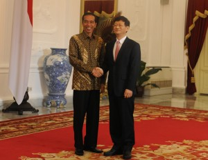 Presiden Jokowi menyambut Utusan Khusus Presiden RRT, Meng Jianzhu, yang mengunjunginya di Istana Merdeka, Jakarta, Selasa (3/2)