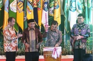 Wapres Jusuf Kalla didampingi Mendagri Tjahjo K., Ketua BPK Harry Azhar, dan Gubernur Maluku Said Assagaf, saat membuka Rakernas APPSI, di Ambon, Maluku, Kamis (26/2) malam