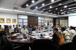 Seskab Andi Wijayanto memimpin rapat kelembagaan dan anggaran Badan Ekonomi Kreatif, di Gedung Sekretariat Kabinet, Jakarta, Jumat (6/2)