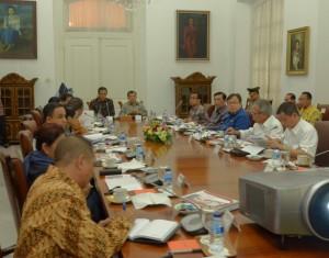 Presiden Jokowi didampingi Wapres Jusuf Kalla memimpin rapat terbatas bidang pariwisata, di Istana Bogor, Jabar, Senin (16/2) pagi