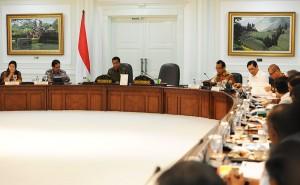 Presiden Jokowi memimpin rapat terbatas membahas banjir di Jakarta, di kantor Presiden, Jakarta, Rabu (11/2)