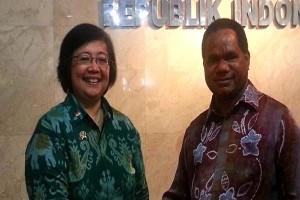 Menteri Lingkungan Hidup dan Kehutanan Siti Nurbaya saat serah terima jabatan dengan Menteri Lingkungan Hidup Balthasar Kambuaya, Oktober 2014