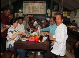 Seusai bertemu di rumah dinas Walikota Solo, Presiden Jokowi bersama petinggi partai politik KIH makan siang, di Warung Soto Gading, di Solo, Sabtu (14/2)