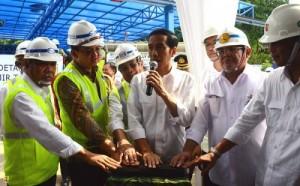 Presiden Jokowi didampingi Menteri PU dan Pera Basuki Hadimuljono dan Gubernur DKI Basuki Tjahaja Purnama menekan sirena tanda dimulainya peresmian sudetan Kali CIliwing, di Jakarta, Rabu (18/2)