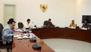 Presiden Jokowi memimpin rapat terbatas BPJS Kesehatan, di Istana Merdeka, Jakarta, Jumat (27/2)