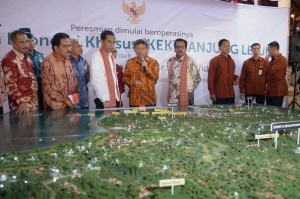Presiden Jokowi menyaksikan maket pembangunan KEK Tanjung Lesung, di Kab. Pandeglang, Banten, Senin (23/2)