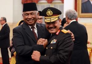 Ketua Sementara KPK Taufiqurrahman Ruki bersama Calon Kapolri Komjen (Pol) Badrodin Haiti, seusai pelantikannya di Istana Negara, Jakarta, Jumat (20/2 pagi