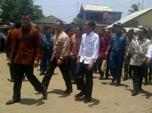 Presiden Jokowi saat berkunjung ke TPI Panimbang, Kab. Pandeglang, Banten, Senin (23/3)