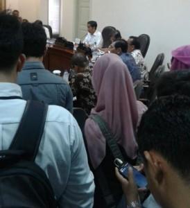 Presiden Jokowi saat memimpin rapat transportasi massal, di kantor Presiden, Jakarta, Rabu (25/2)