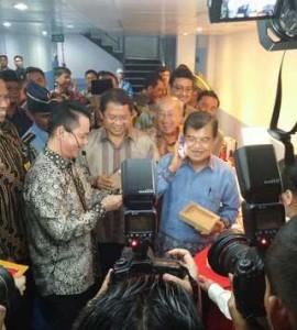 wakil Presiden Jusuf Kalla didampingi Menkominfo Rudiantara mengunjungi pabrik ponsel merk IVO, di Batam, Jumat (6/2)