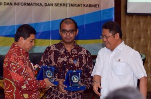 Menkominfo Rudiantara (kanan) didampingi Seskab Andi Widjajanto dan Menteri PAN-RB Yuddy Chrisnandi, saat hadir di acara Bakohumas, di Gedung III Setneg, Jakarta, Kamis (5/3)