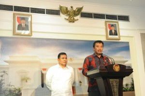 Menpora Imam Nahrawi didampingi Sekjen KOI memaparka hasil rapat terbatas persiapan penyelenggaraa Asian Games 2018, di kantor Presiden, Jakarta, Kamis (19/3) malam