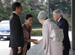 Kaisar Akihito dan Permaisauri Michiko menyambut langsung Presiden Jokowi dan Ibu Negara Iriana yang berkunjung ke Istana Kaisar, Tokyo, Jepang, Senin (23/3)