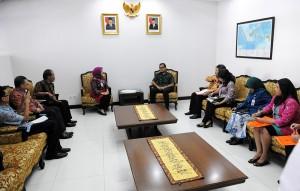 Seskab Andi Widjajanto didampingi sejumlah pejabat Sekretariat Kabinet menerima Plt. Kepala BKKBN Ir. Ambar Rahayu, MNS, di Kemensetneg, Jakarta, Jumat (20/3)