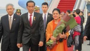 Presiden Jokowi dan Ibu Negara Iriana tiba di Beijing, RRT, Rabu (25/3), disambut Wakil Menlu RRT dan Dubes RI di Beijing Sugeng Rahardjo