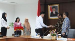Seskab Andi Widjajanto didampingi Plt. Deputi Administrasi Farid Utomo memberikan SK CPNS, kepada perwakilan CPNS Setkab, di Gedung III Setneg, Jakarta, Rabu (11/3)