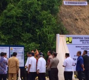 Presiden Jokowi memperhatikan pemaparan mengenai Bendungan Keureuto, di Aceh Utara, Senin (9/3) sore