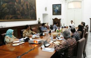 Presiden Jokowi memimpin ratas kabinet membahas kebijakan harga beras, di Istana Kepresidenan Bogor, Jabar, Minggu (15/3)