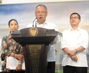 Menteri PU-Pera Basuki H didampingi Menteri BUMN dan Menteri Agraria menyampaikan keterangan pers terkait pembangunan Tol Trans Sumatera, di kantor Kepresidenan, Jakarta, Kamis (5/3)