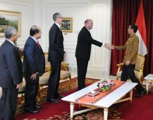 CEO ConocoPhillips Ryan Lance didampingi sejumlah pejabat ConocoPhillips menemui Presiden Jokowi, di kantor Presiden, Jakarta, Selasa (31/3)