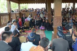 Suasana dialog Presiden Jokowi dengan warga Samin, di Desa Klopoduwur, Kec. Banjarejo, Blora, Jateng, Sabtu (7/3)