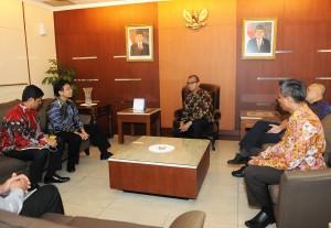 Seskab Andi Widjajanto didampingi Staf Khususnya Teten Masduki dan Staf Ahli Yuli Harsono menerima Direksi Bank Mandiri yang dipimpin Budi G. Sadikin (Dirut), di ruang kerjanya Gd. III Setneg, Jakarta, Selasa (3/3)