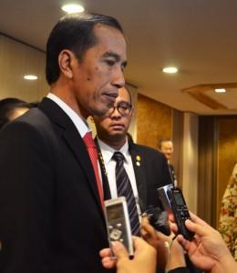 Presiden Jokowi didampingi Seskab Andi Widjajanto menjawab wartawan, di Hotel Imperial, Tokyo, Selasa (24/3)