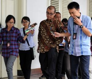 Seskab Andi Wijayanto dicegat wartawan seusai rapat terbatas di kantor Presiden, Jakarta, Senin (2/3)