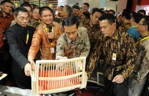 Presiden Jokowi meninjau hasil produksi mebel yang dipamerkan di JI-Expo, Kemayoran, Jakarta, Kamis (12/3)
