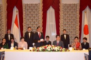 Presiden Jokowi menyampaikan sambutan pada jamuan resmi yang dilakukan PM Shinzo Abe, di kediaman PM Jepang itu, di Tokyo, Senin (23/3) malam